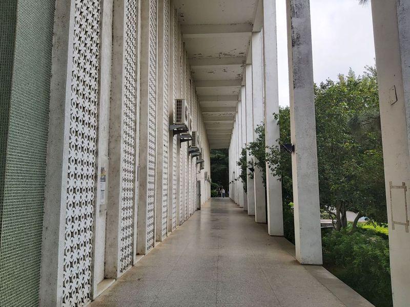 國立中央大學校園昨日傳出一對男女大白天貼著窗邊嘿咻,畫面被路過同學拍下,在網路上瘋傳,圖為中央大學。記者朱冠諭/攝影