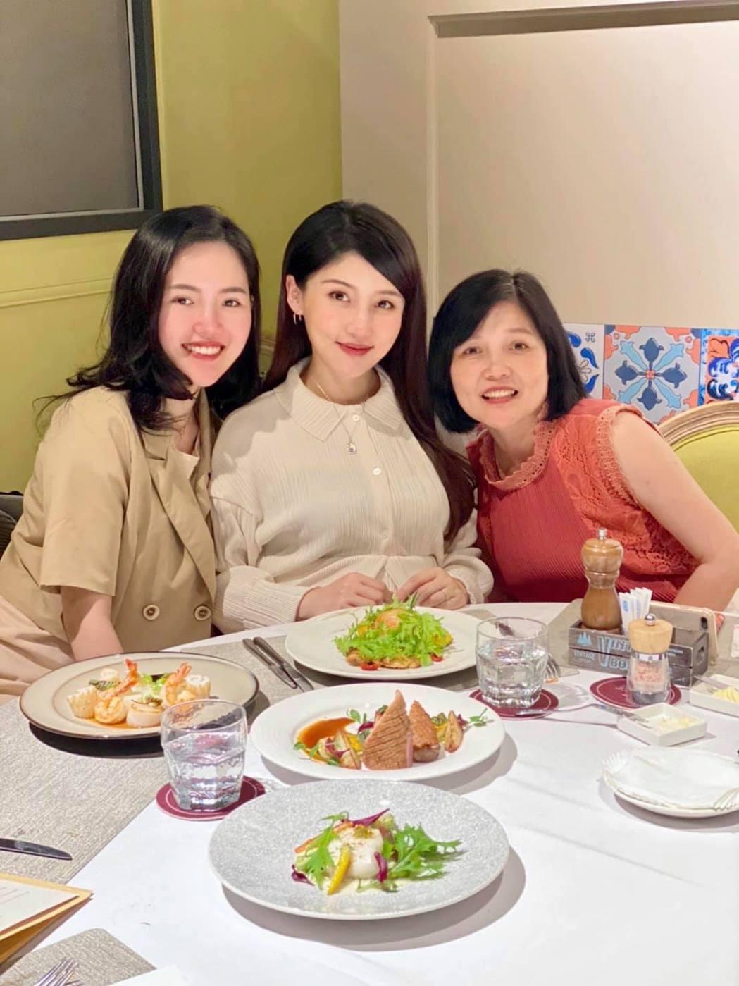 高敏敏回娘家,與妹妹 高嘉敏(左)和媽媽 一起慶祝母親節。圖/翻攝自高敏敏營養師...