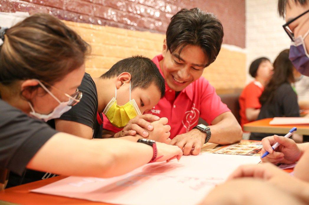 郭彥均與漢堡王同仁幫愛奇兒製作卡片獻愛。