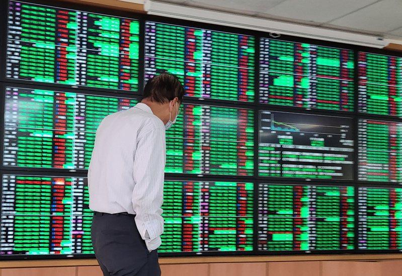 台股今日盤中重挫逾500點,加權指數跌破16700點。 記者曾學仁/攝影