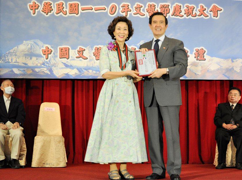 前總統馬英九(右)頒發榮譽文藝獎章音樂獎給聲樂老師范宇文,並推崇范老師在聲樂非凡...