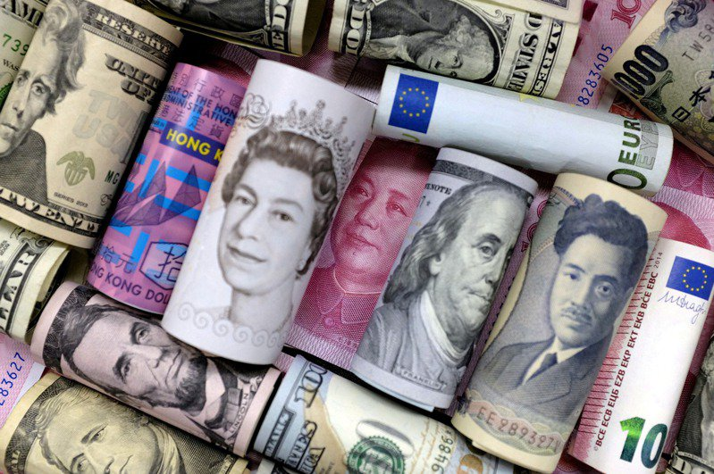 日本負責新冠肺炎防疫的經濟再生大臣西村康稔說,病毒可以在鈔票上存活約1週。圖/路透社