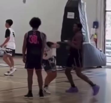 美國業餘運動聯盟(AAU)傳出歧視亞裔事件。一名亞裔青少年1日在加州奧克蘭(Oakland)一場籃球比賽中,遭對手咒罵種族歧視字眼,還被毆打到腦震盪,而且沒有人為此道歉。 截圖自影片