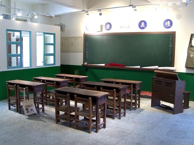 瑞芳國小今年滿120週年,打造了「小時光教室」,復刻瑞芳國小早期的教室景象。 圖/觀天下有線電視提供