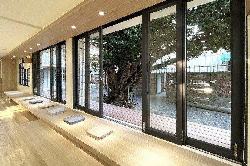 台南市西港國中將角落的視聽教室改造成榕樹下圖書館,營造恬靜的讀書氣氛。圖/西港國小提供