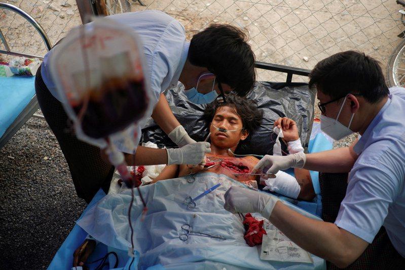 緬甸第二大城瓦城醫生今年三月在一間臨時醫院搶救抗議中被槍擊的示威者。路透