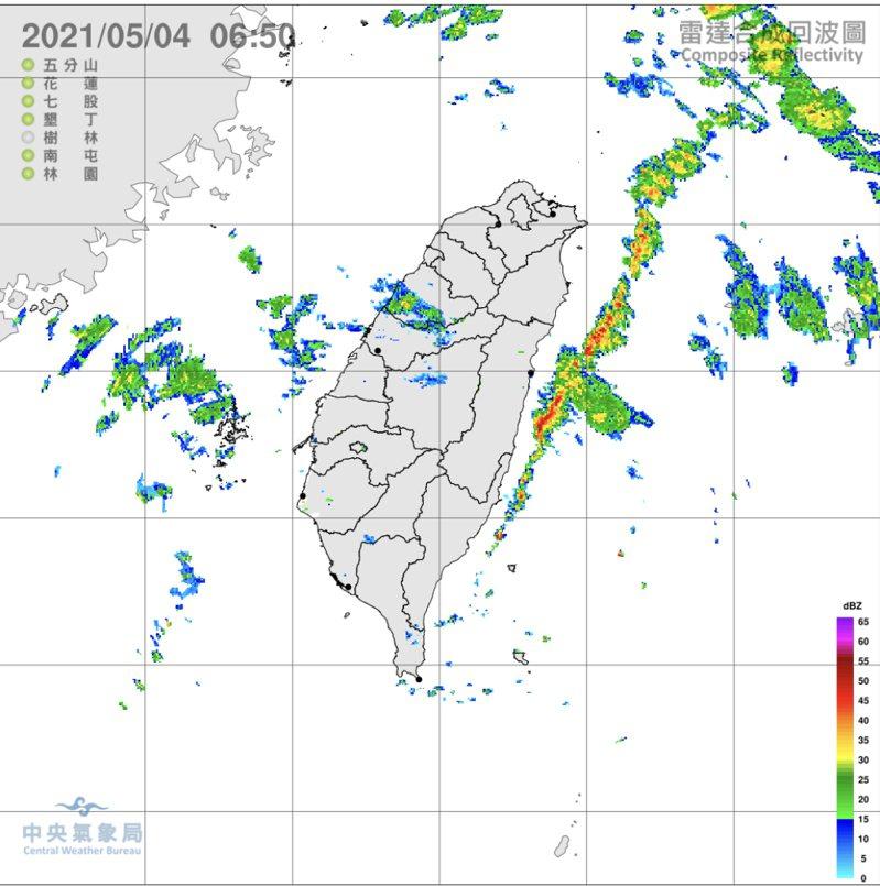 中央大學大氣科學系兼任副教授吳德榮在「三立準氣象.老大洩天機」專欄表示,今晨雲層逐漸減少,東部近海另有與「陸風」輻合,形成的強回波,東半部有局部降雨。圖/氣象局提供