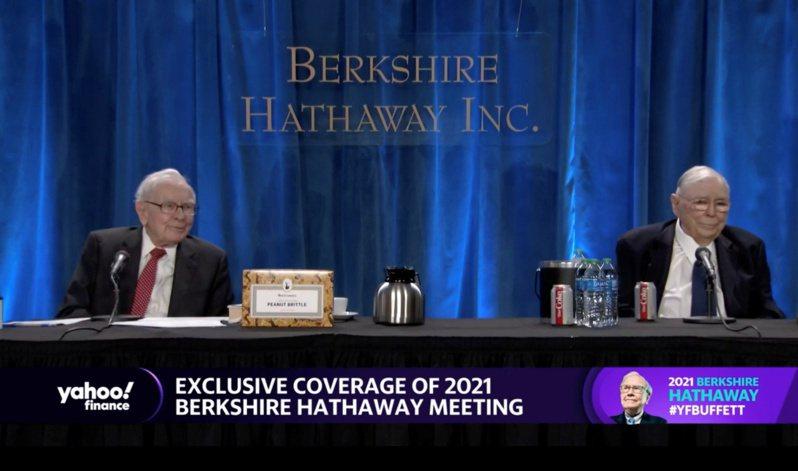 股神巴菲特(左)在波克夏公司連續第2年的視訊股東會上說,看到「非常大幅的通膨」和價格上漲。路透