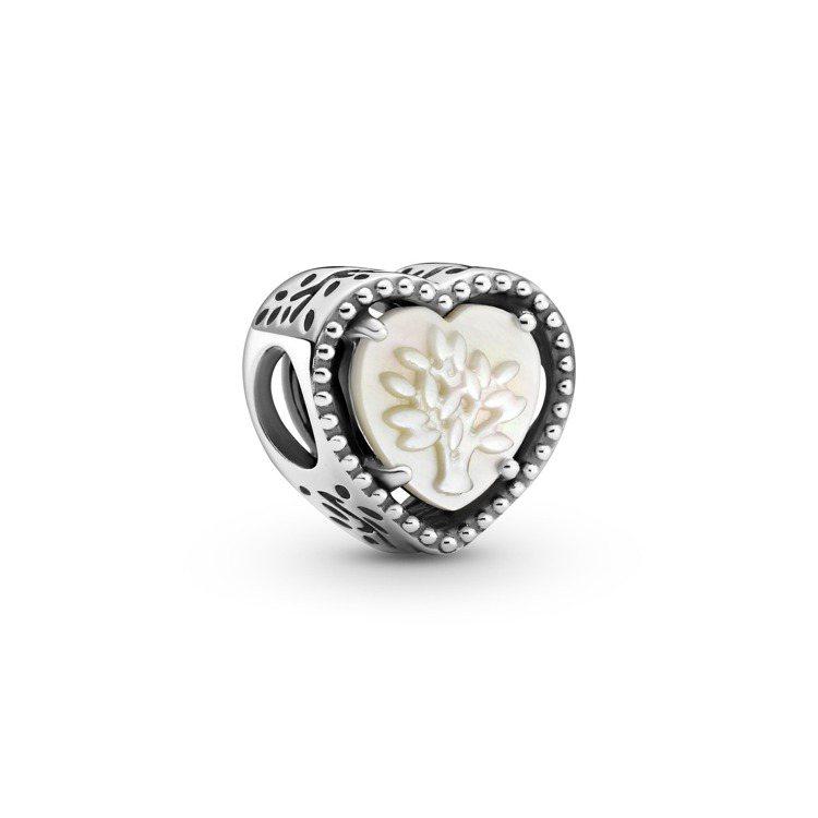 Pandora愛心珍珠母貝家庭樹925銀串飾,2,080元。圖/PANDORA提...