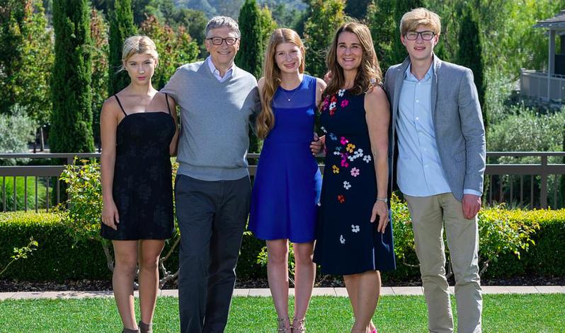 比爾蓋茲與梅琳達婚後育有兩女一子,包括25歲的珍妮佛(中間)、21歲的羅里(右一)和18歲的菲比(左一)。截自臉書