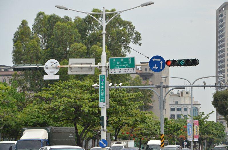 台南市政府交通局完成1300處紅綠燈重新設定調整,上下午尖峰時段周期統一調整為140秒,每天周期切換調降為6次。圖/台南市交通局提供