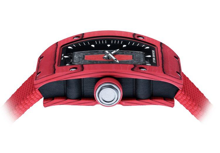 腕錶的表圈與底圈均以Carbon TPT®碳纖維及Red Quartz TPT®...