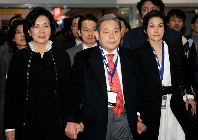 三星已故會長李健熙(中)與妻子洪羅喜(左)、女兒李敘顯,2010年一同參觀拉斯維...