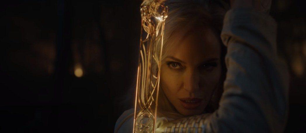 安琪莉娜裘莉「永恆族」扮相登場。圖/摘自YouTube