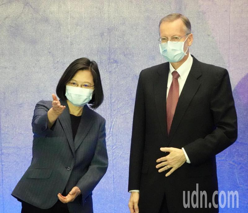 蔡英文總統(左)上午出席台灣資安大會,表示資安即國安戰略執行成效良好,接下來政府將進階推出「資安即國安」2.0戰略,也規畫成立數位發展部,並成立專責的「資通安全署」,會後和美國在台協會處長酈英傑合影。記者曾吉松/攝影