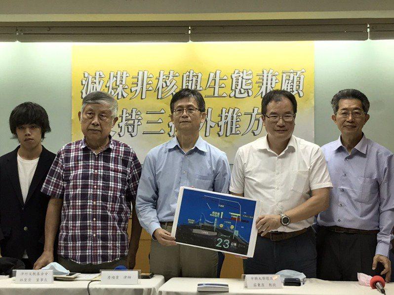 環境律師詹順貴(中)、中興大學環工系教授莊秉潔(右2)及相關團體今天舉辦記者會,支持三接外推。記者吳姿賢/攝影