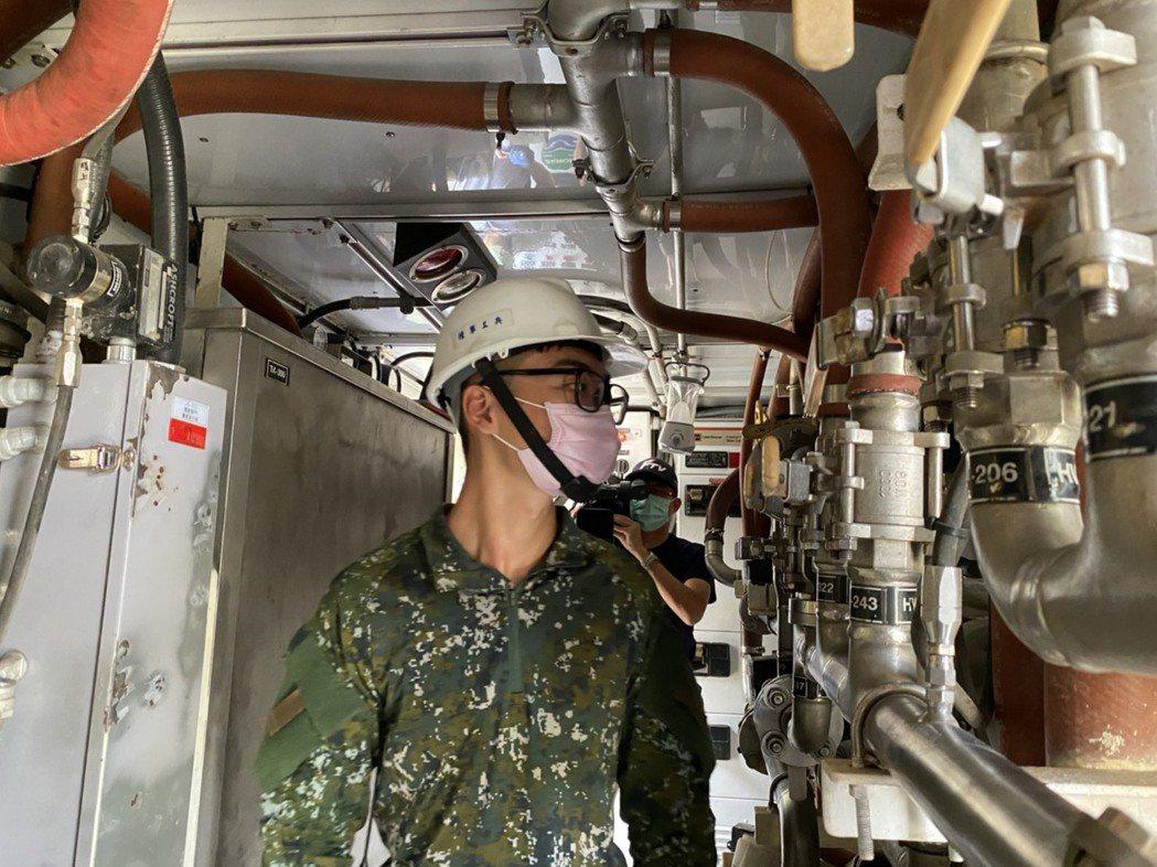 水利署協調國軍八軍團支援野戰用移動式淨水車,進駐岡山本洲產業園區,支援用水大戶使...