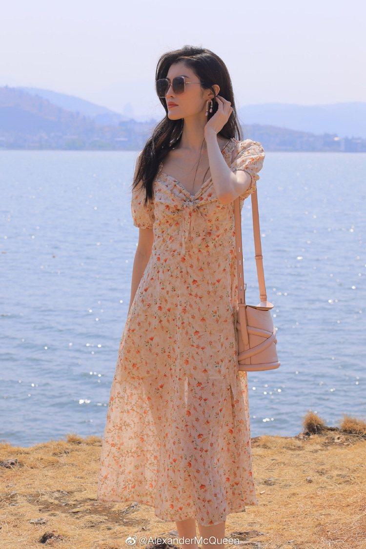 超模何穗以碎花裙、茶玫瑰色The Curve展現浪漫優雅的夏日情懷。圖/取自微博