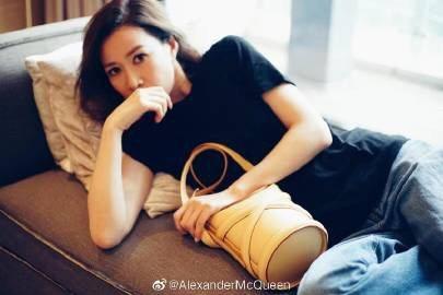 佘詩曼演繹洋甘菊黃色The Curve手袋。圖/取自微博