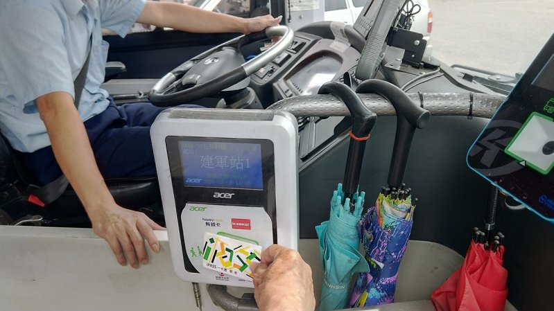 高雄市持敬老卡、博愛卡等搭車,上車會有語音喊「優待票上車」。記者蔡孟妤/攝影