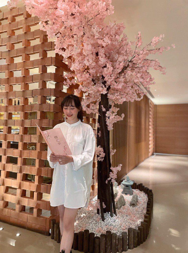 台南大員皇冠假日酒店有櫻花樹可合拍。圖/台南大員皇冠假日酒店提供