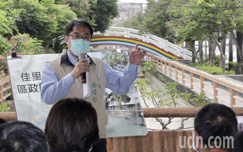 台南市長黃偉哲參與打掃佳里「藍色水岸」,宣示要讓民眾有休閒好去處。記者周宗禎/攝影