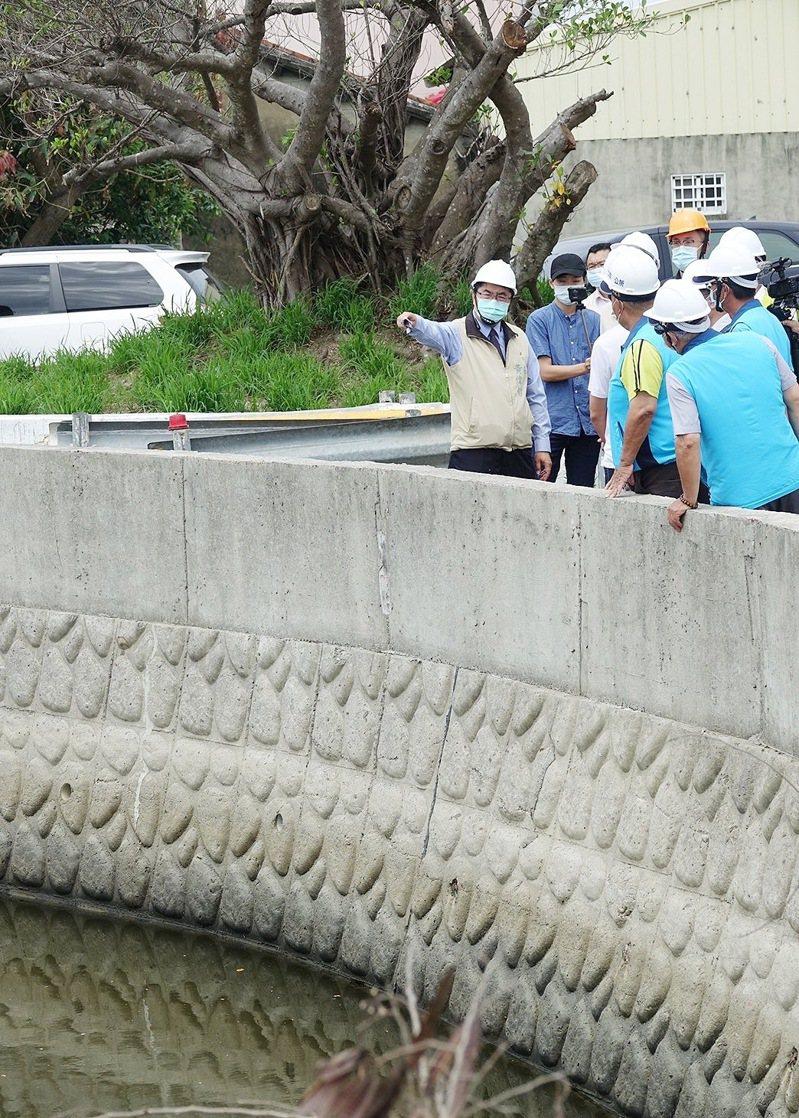 台南市長黃偉哲勘查七股龍山六成排水護岸加高工程。記者周宗禎/翻攝
