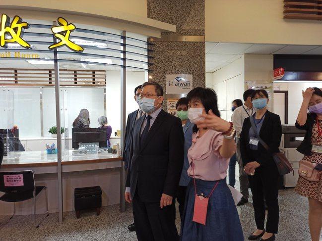 財政部長蘇建榮在賦稅署長許慈美、台北國稅局長宋秀玲陪同下視察國稅局現場報稅情形。...