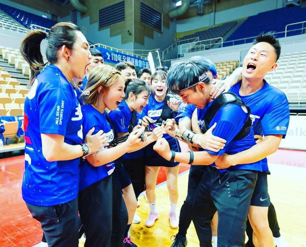 藍隊隊友無論何時都非常團結。圖/摘自臉書