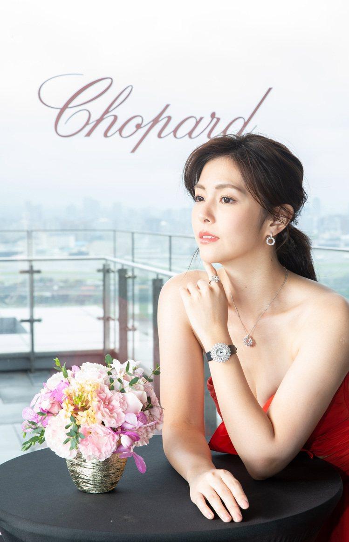 任容萱配戴蕭邦Precious Lace系列珠寶與腕表。服裝提供/蘇菲亞婚紗。圖...