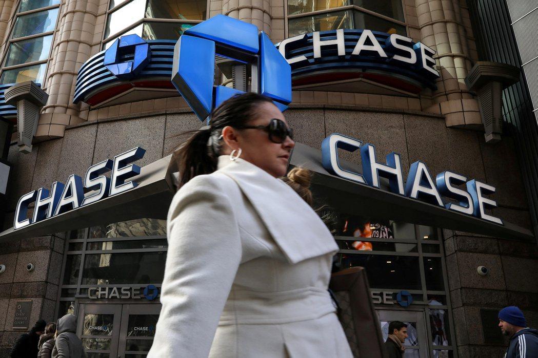 美國部分大銀行因現金大量湧入,開始採取罕見步驟,請法人客戶將錢提出存款帳戶。路透