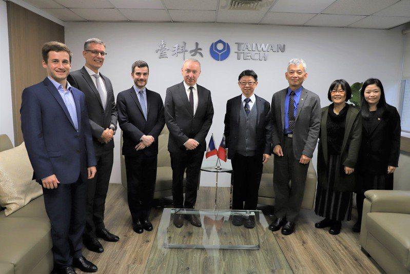 法國在台協會主任公孫孟與台科大校長顏家鈺簽署「法國在台協會.國立台灣科技大學獎學金」。圖/台灣科技大學提供
