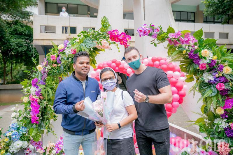 外籍生也紛紛前來「媽·媽咪啊的花園」拍照打卡,傳達對母親的愛與思念。記者陳斯穎/攝影