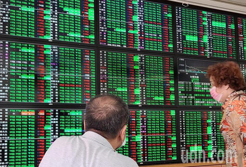 台北股市今天持續走低,收盤加權指數16933.78點,下跌288.57點,成交金額新台幣6642億元。盤中最低到達16647.61點,投資人緊盯股票行情。記者曾學仁/攝影