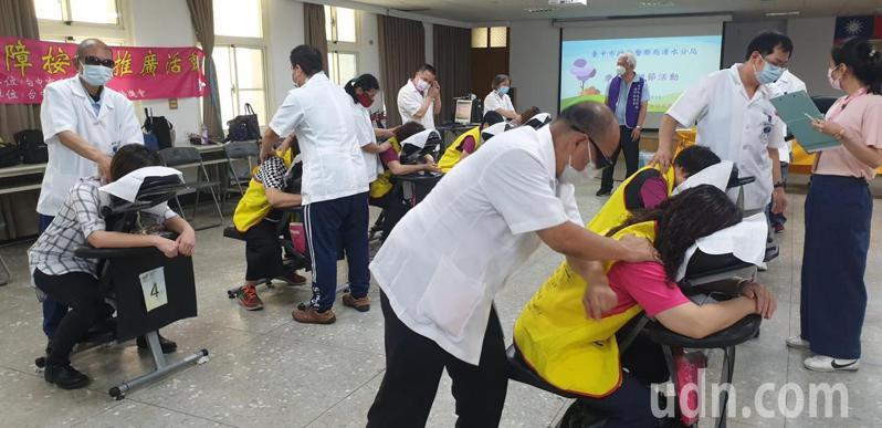 台中市清水警分局今天下午辦母親節活動,找來專業按摩師為員警按摩。記者游振昇/攝影