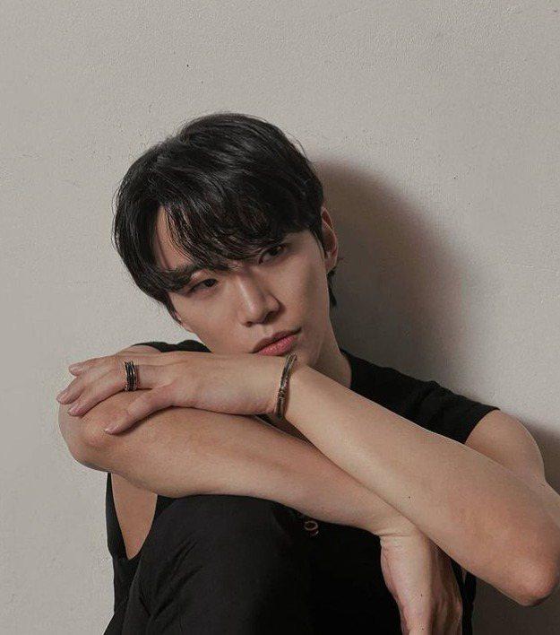 韓國男子偶像組合2PM成員李俊昊配戴BVLGARI B.zero1系列珠寶。圖/...