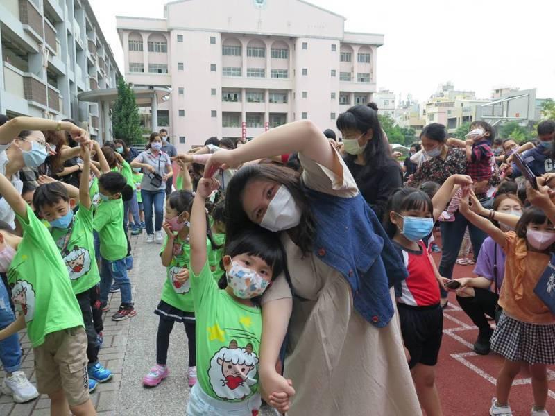台中市沙鹿國小今舉辦母親節活動。圖/學校提供
