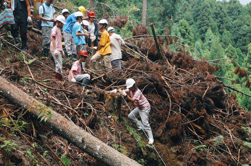 竹東國中將課堂搬進林地,讓學生認識竹東林業歷史,並動手實作了解如何伐木。圖/新竹縣府提供