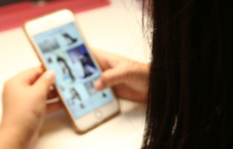 台灣展翅協會秘書長陳逸玲表示,不少網路社團看似提供交友平台,實際上用「戀愛」當「約砲」的幌子,甚至違法取得性私密影像,示意圖。圖/聯合報系資料照片