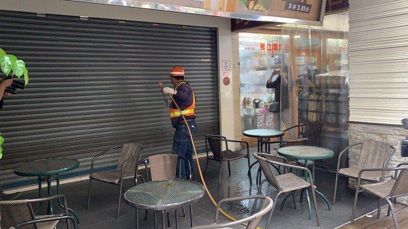 今下午3時許,清潔隊員前往皇爵飲料店消毒。記者張睿廷/攝影
