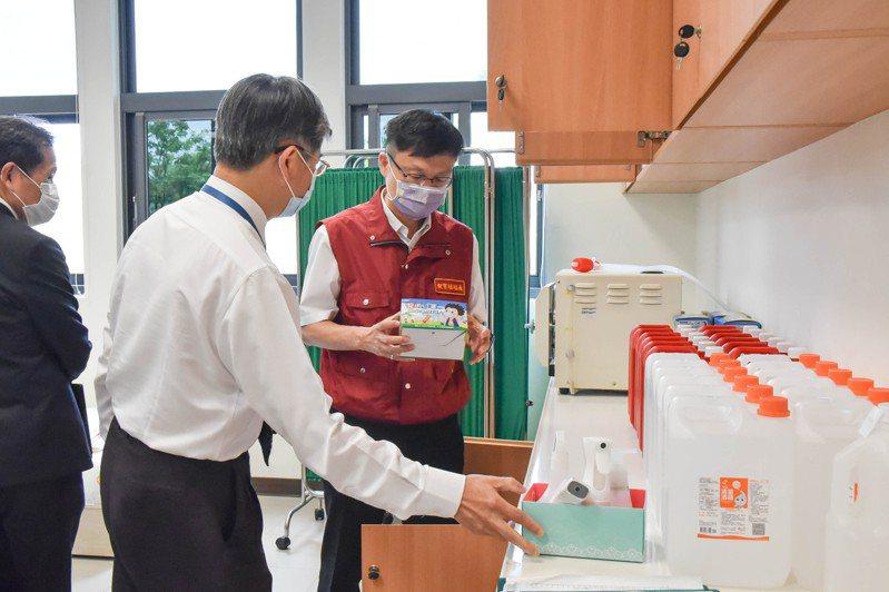 小學部校長楊士賢向張明文局長及相關同仁說明學校防疫物資的整備情形。圖/新北市教育局提供