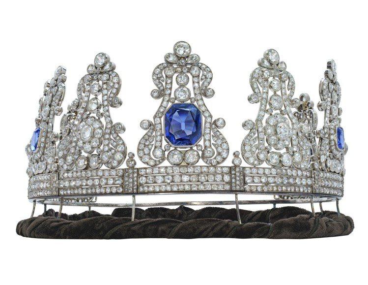 佳士得日內瓦將拍賣來自葡萄牙女王瑪麗亞二世的緬甸藍寶石皇冠,估價17萬瑞郎起。圖...