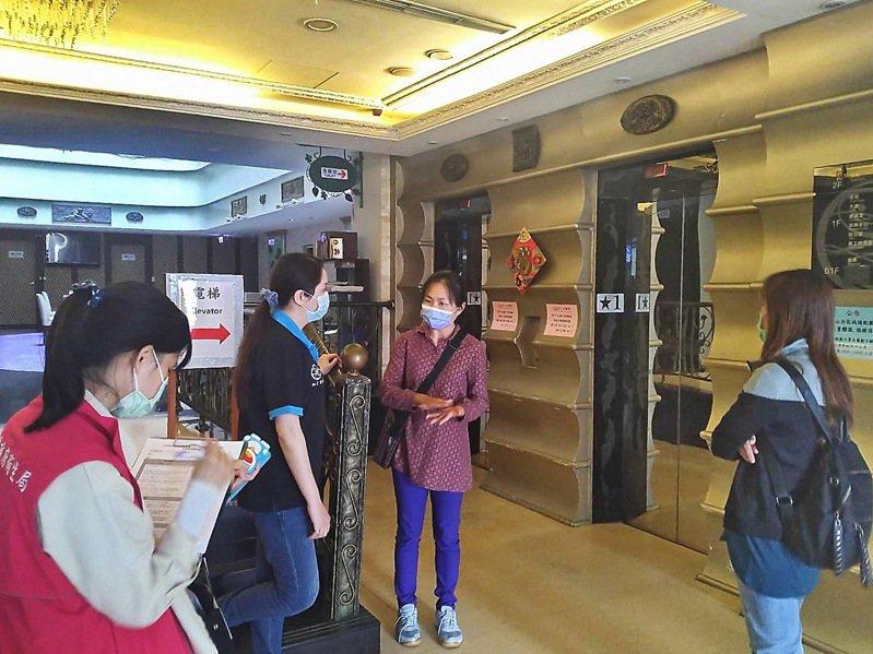 南投縣衛生局今天率先主動出擊,展開縣內7家防疫旅館的安全查察。圖/南投縣衛生局提供