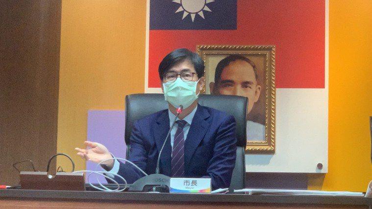 高雄市長陳其邁表示,防疫應有加嚴措施,疫苗是最有效的防疫策略,也是終結疫情的最後...