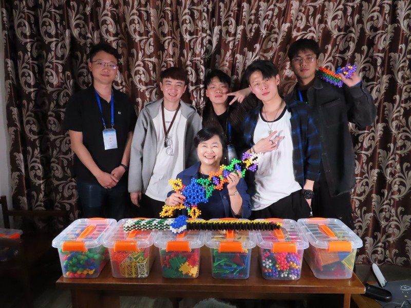杭州台商協會常務副會長、杭州酷果文化創意有限公司董事長林佳燕(中坐者)旗下的台灣年輕團隊,在大陸直播帶貨市場開始闖出一片天。記者林則宏/攝影
