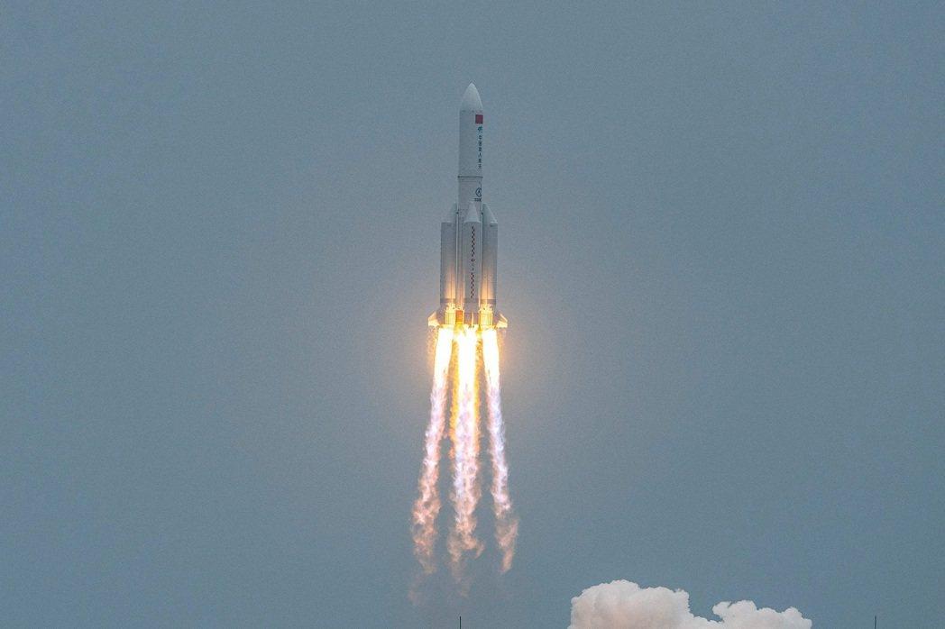中國大陸的長征五號B遙二運載火箭4月29日將「天和號」太空站核心艙送進低地軌道後...