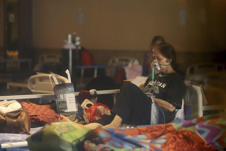 不斷攀升的新增染疫人數早已擠爆印度全國各地醫院,圖為新德里一處臨時醫院。美聯社
