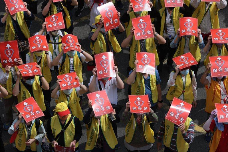 五一勞動節,數千名勞工在凱道集結走上街頭,高喊口號要求政府正視勞工權益。記者許正宏/攝影