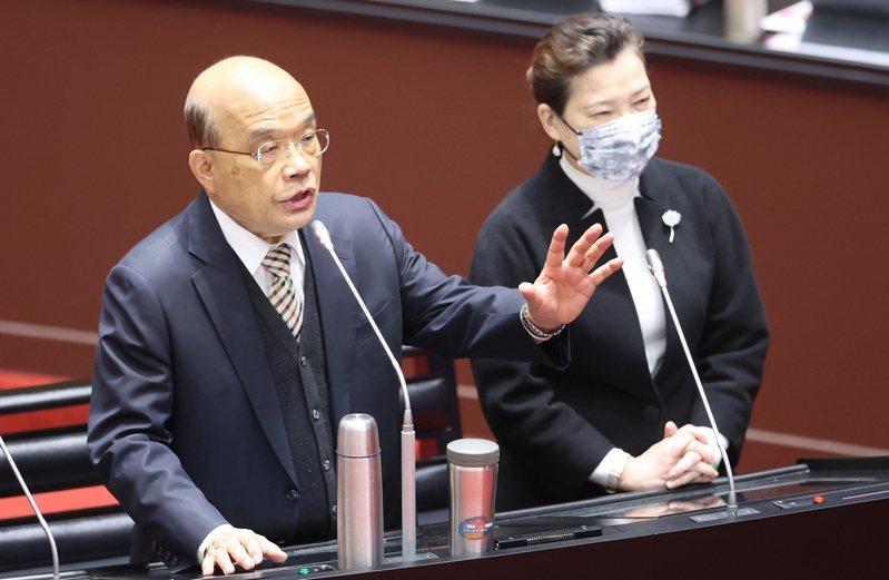 行政院長蘇貞昌(左)在民進黨決定不提公投對案後,站上第一線主導戰局。圖/聯合報系資料照片