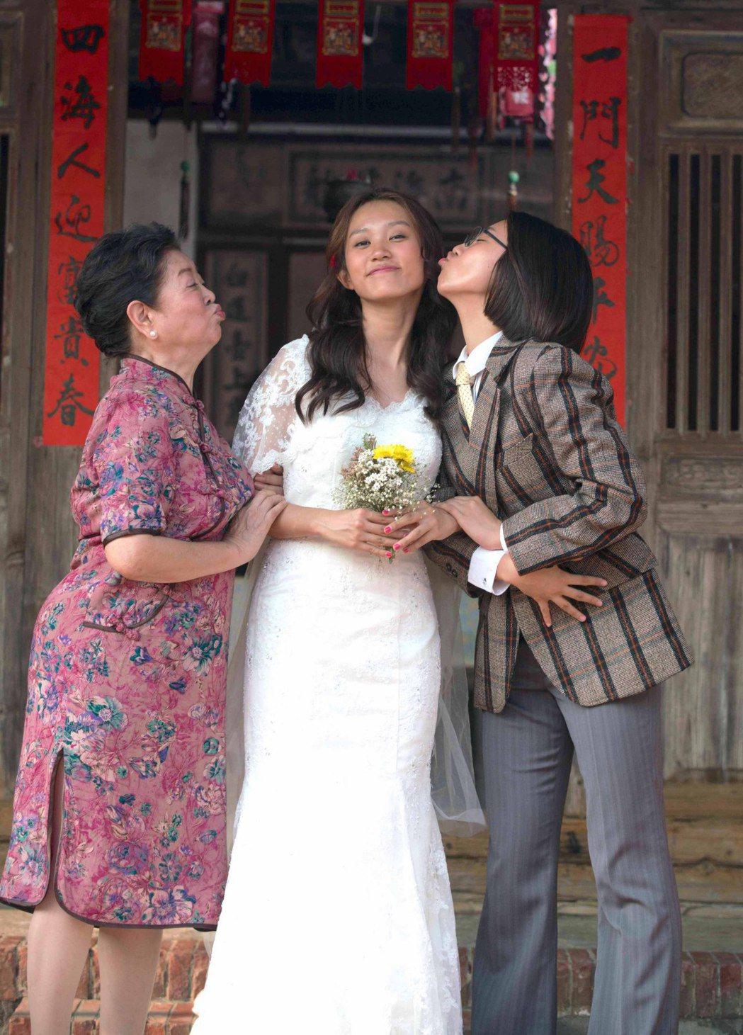 陳淑芳(左)飾演過去曾開西裝店的縫紉師,與黃堯、顏卓靈拍婚紗照合影。圖/星泰提供